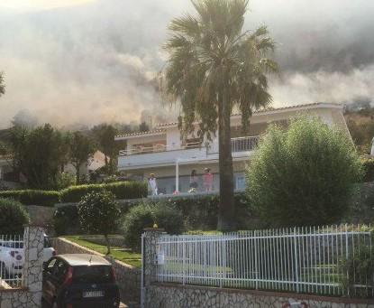Incendio a capo zafferano, paura tra i residenti