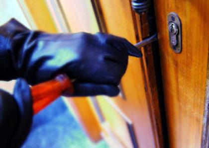 Notte di furti: via con pc e attrezzi della scuola per 20mila euro. E da una casa spariscono due fucili