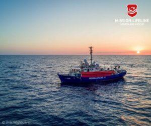 Migranti, lifeline lancia l'allarme: ''scorte finite''. guardia costiera italiana: ''non chiamateci più''
