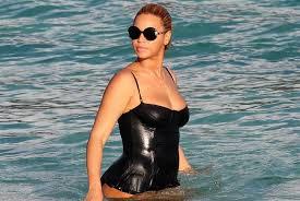 Panarea, Beyoncé e A'biddikkia. Quando le bellezze s'incontrano. Michael Douglas con la figlia precisa a mamma Jones a passeggio...