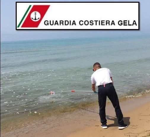 Schiuma bianca e macchie in mare: capitaneria di Gela invia campionamenti all'Arpa