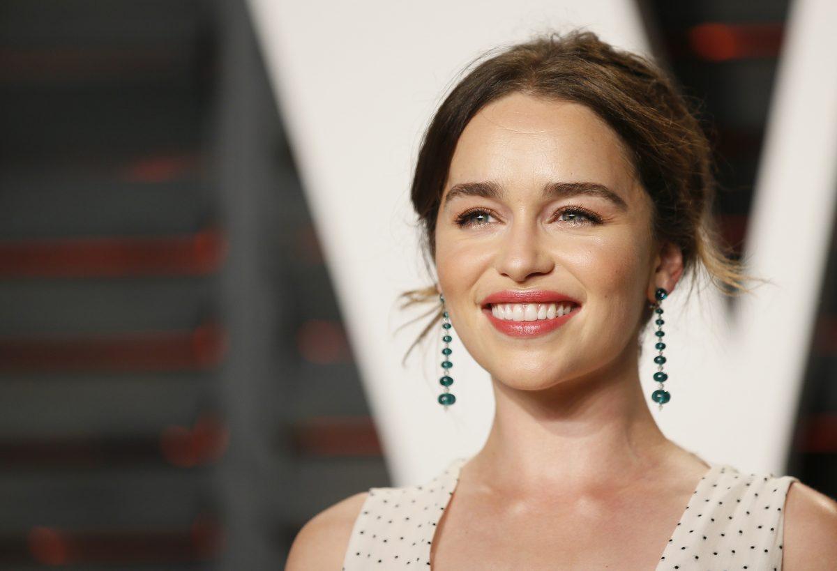 """""""Il Trono di Spade"""", Emilia Clarke si tatua i draghi sul polso"""