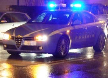 Ubriaco al volante termina fuori strada con l'auto, aggredisce gli agenti: arrestato