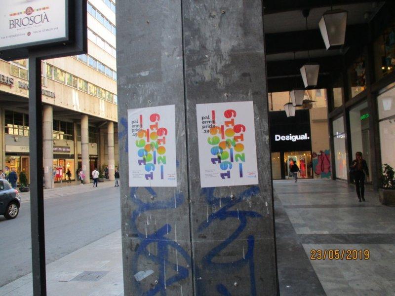Manifesti abusivi sulle colonne dei portici di via ruggiero settimo *segnalazione*