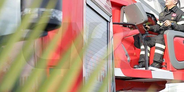 Intevengono per un incendio, Vvf salvano donna mentre si butta dalla finestra