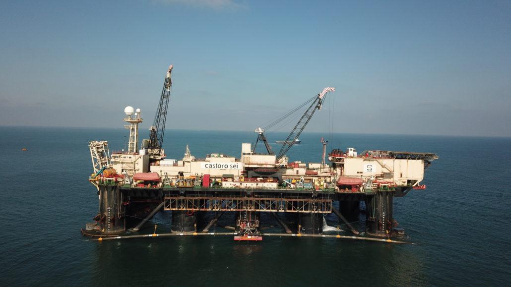 La nave posatubi di Tap staziona al largo di San Foca, divieto di navigazione e balneazione