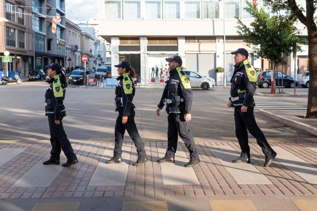 """Come i Fab Four in """"Abbey Road"""", gli scatti del calendario 2020 della Polizia locale fanno sorridere: il ricavato in beneficenza"""
