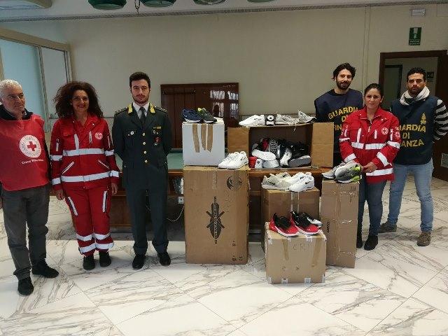 Gdf di palermo dona oltre 200 paia di scarpe alla croce rossa italiana