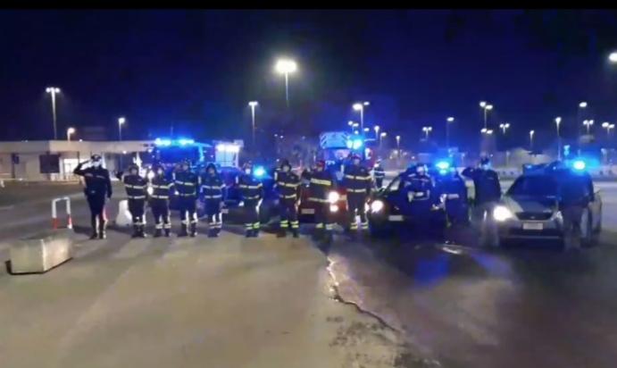 [video] – Inno di Mameli e suono delle sirene: al Fazzi l'omaggio di forze dell'ordine e vigili del fuoco al personale sanitario in trincea
