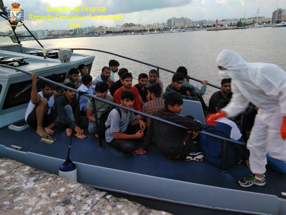 [video] – Sbarco di 67 migranti, gdf bloccano veliero. Due skipper arrestati