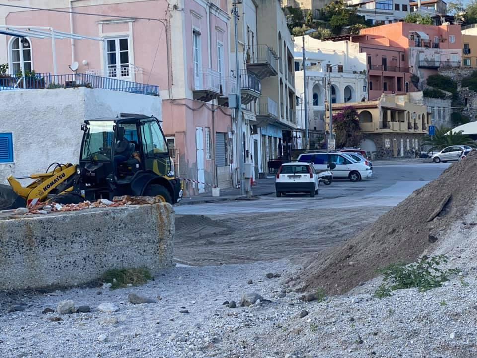 Lipari, a Calandra ruspa al lavoro per la pomice che continua a scendere a valle VIDEO